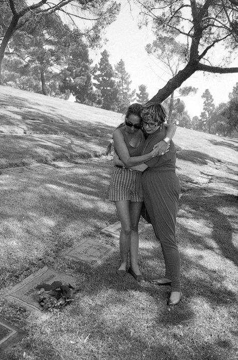 Nermin Bezmen nieta de Kurt Seyt y nieta de Shura Sandra Wells- en la lapida de shura-Forest Lown Memorial Park- Glendale-USA-, 1994