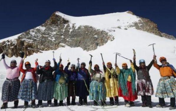 Once cholitas conquistan 5 cumbres y tocan el cielo con sus manos